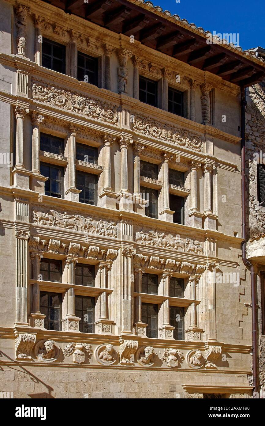 https www alamyimages fr maison des chevaliers maison des chevaliers facade sculptee en pierre ornee ancien batiment couleur sable viviers france ete vertical image343429100 html
