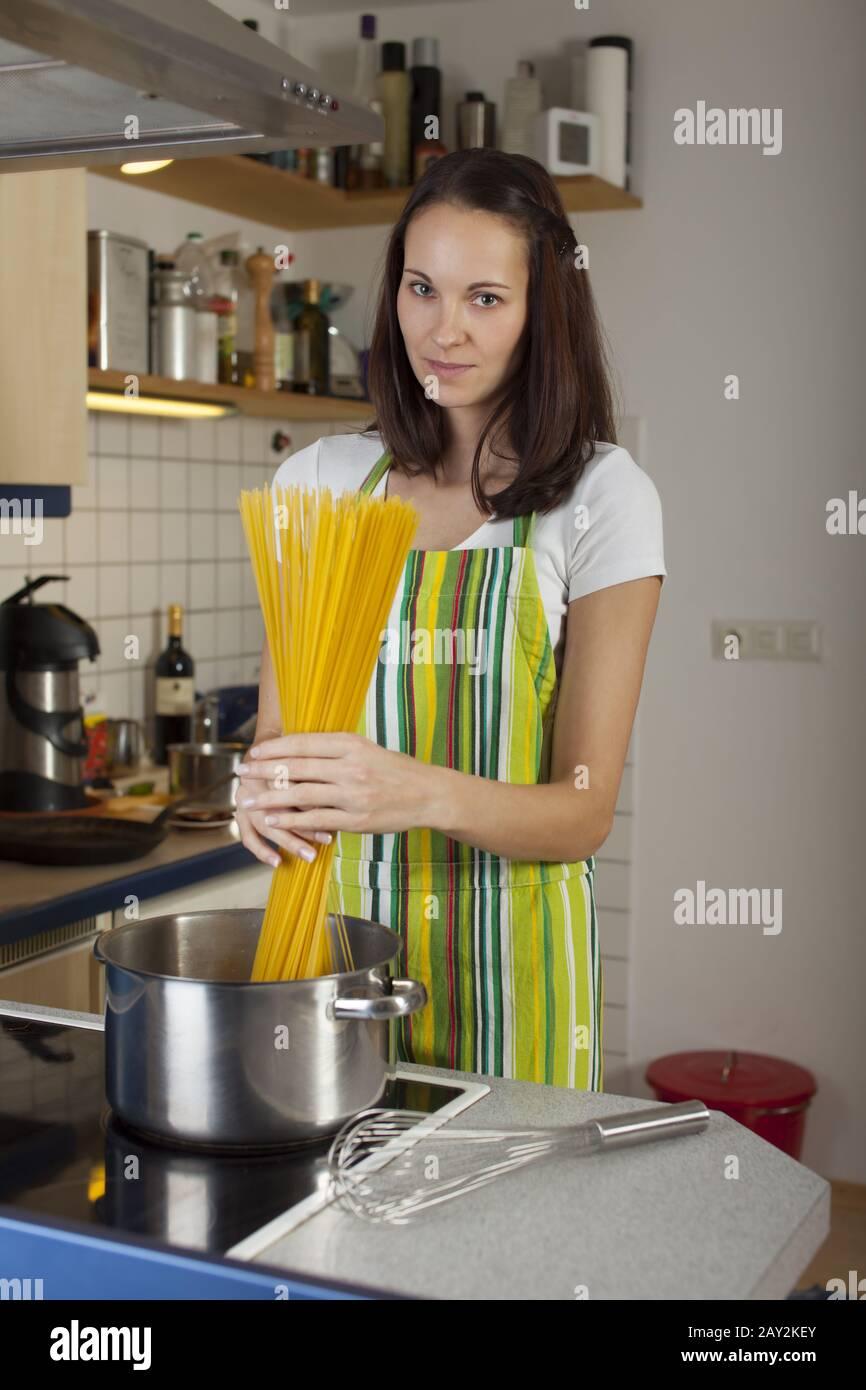 https www alamyimages fr femme dans la cuisine cuisine image343651923 html