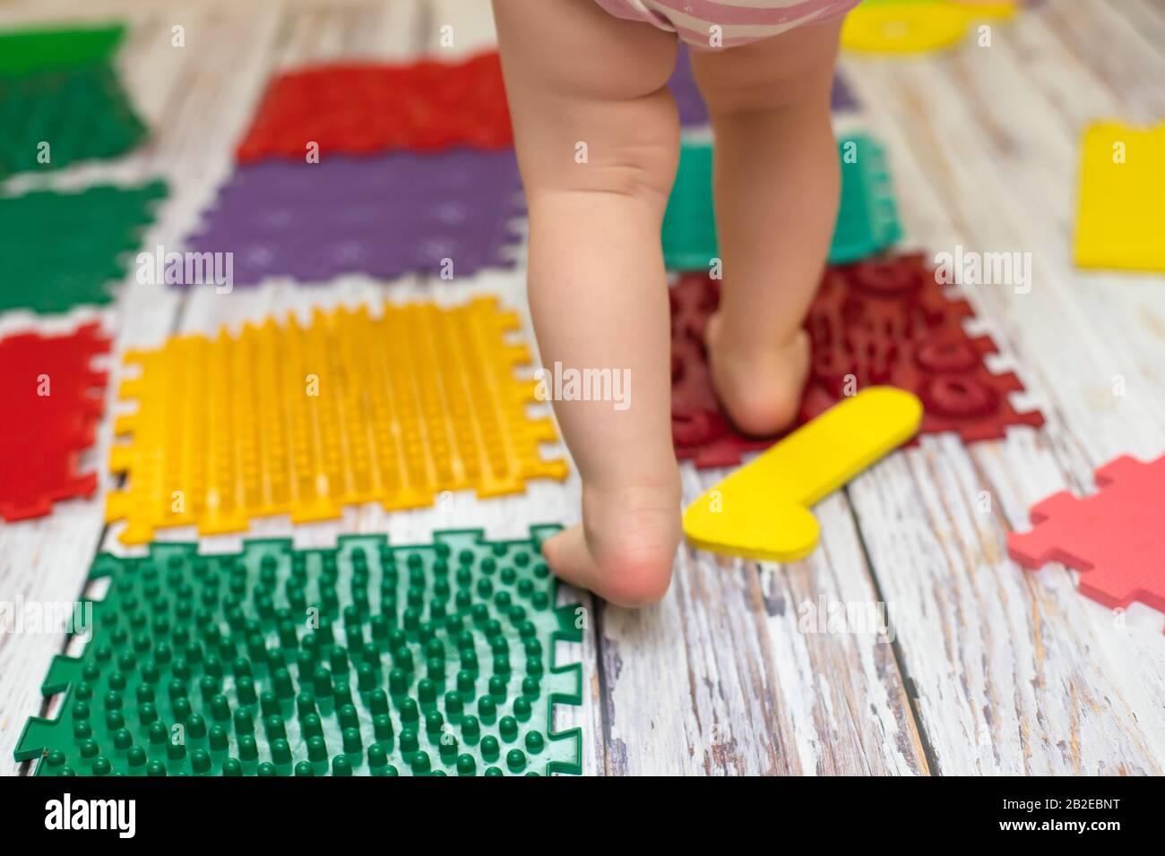 https www alamyimages fr tapis de massage des pieds pour bebe tres petit tapis de sol pour puzzle de massage orthopedique pour enfants en developpement image345753236 html