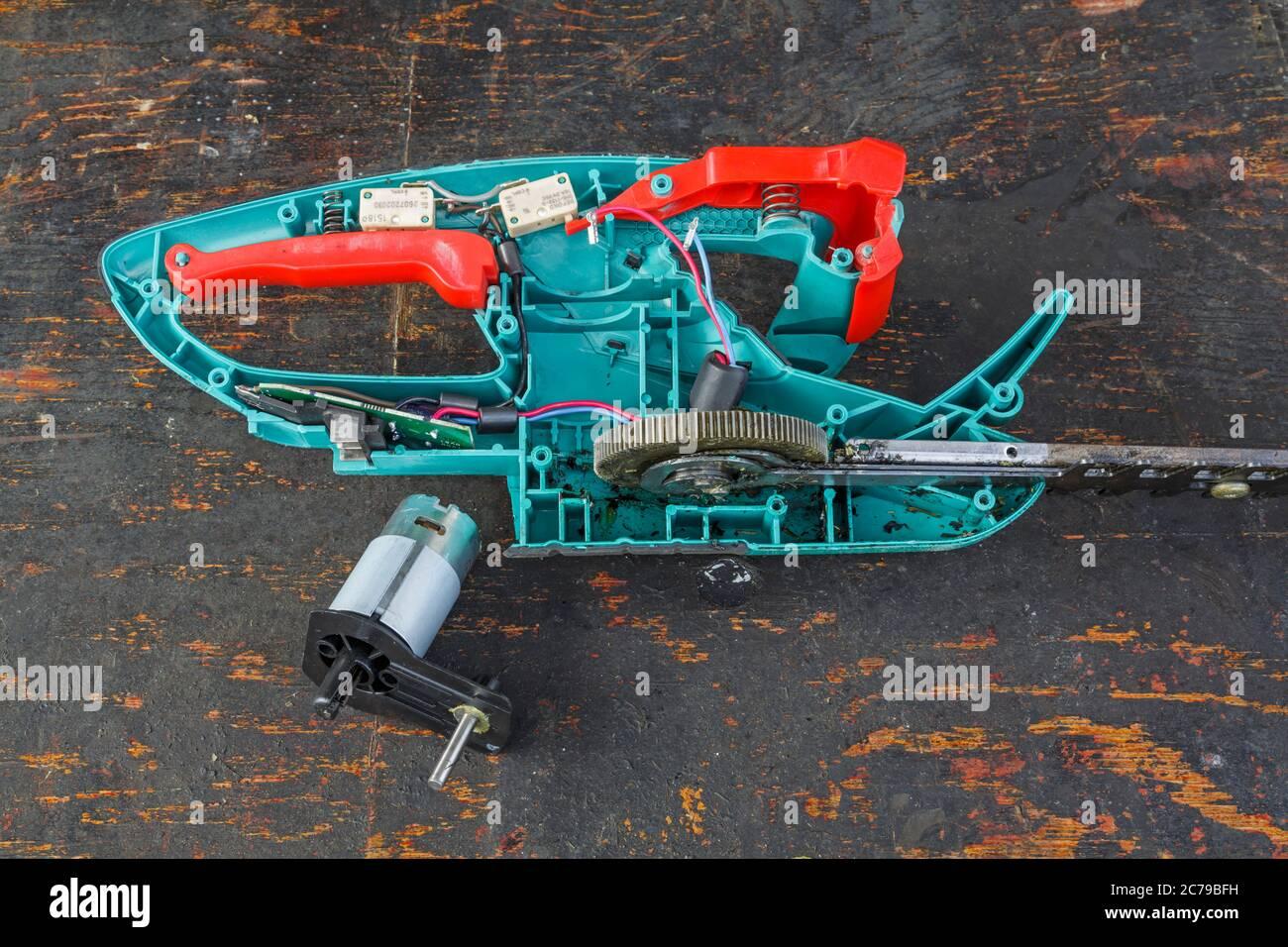 https www alamyimages fr montage d un moteur electrique de remplacement sur un taille haie bosch rechargeable royaume uni image365926949 html