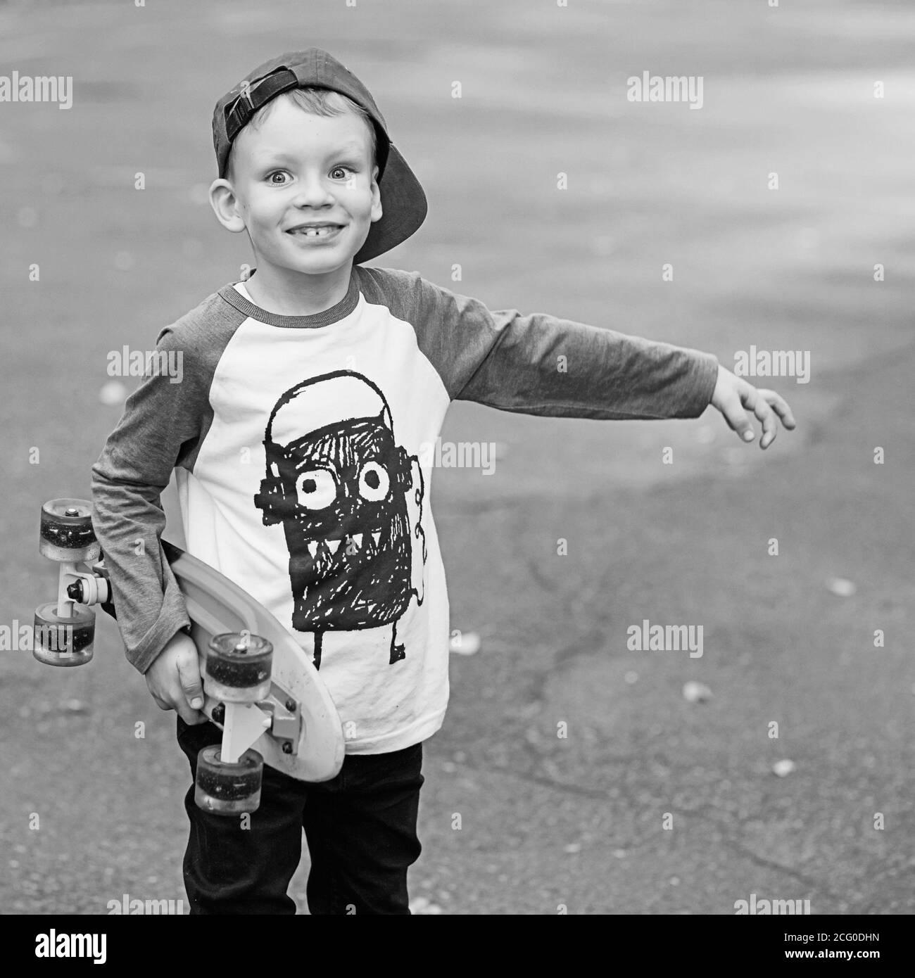 https www alamyimages fr petit garcon urbain avec un sou skateboard photographie retro en noir et blanc style urbain enfants urbains l enfant apprend a monter un panneau de penny image371262913 html