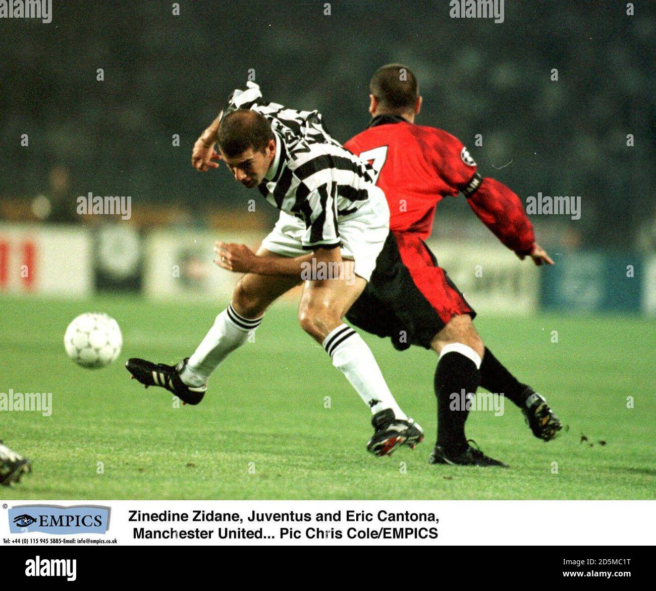Musulman pratiquant, il décide de traverser la mer méditerranée pour venir travailler en tant qu. Zinedine Zidane Juventus Et Eric Cantona Manchester United Photo Stock Alamy