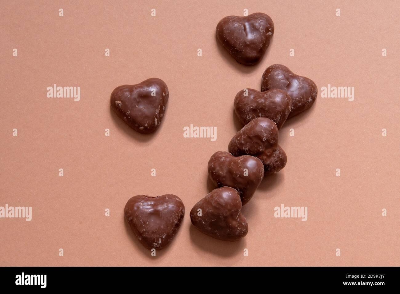 https www alamyimages fr coeurs de pain d epice enrobes de chocolat allemand sur fond de couleur corail pain d epice recouvert de chocolat desert de noel en cas copier l espace image384583107 html
