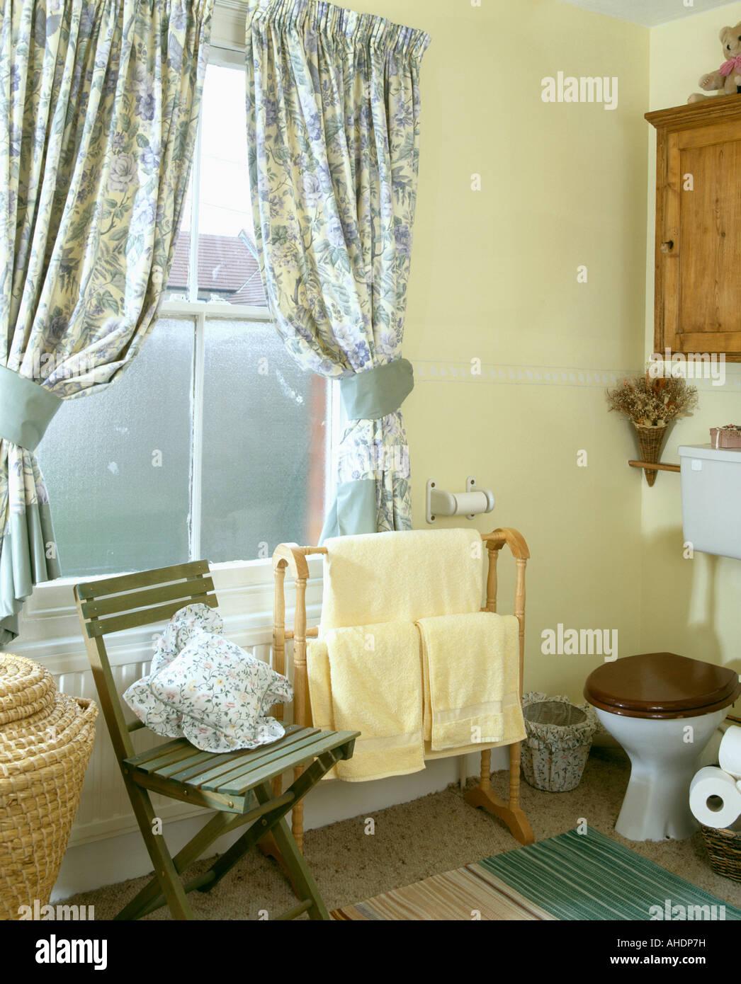 https www alamyimages fr photo image rideaux a motif floral bleu avec embrasses en jaune pale jaune salle de bains avec seche serviettes en bois sur 14442484 html