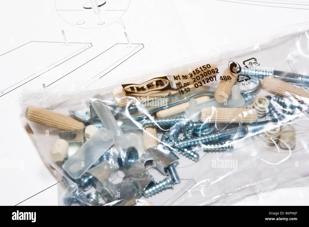 https www alamyimages fr photo image un paquet d outils et de meubles ikea flatpack pieces sur haut de la notice de montage 21401367 html