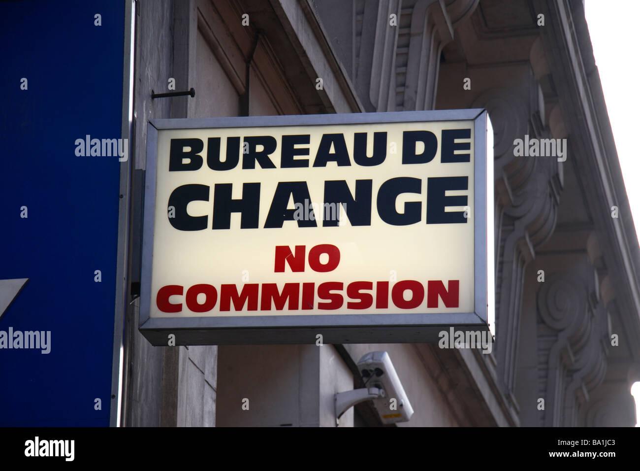 un generique bureau de change sans commission signe au dessus d un magasin sur oxford street a londres