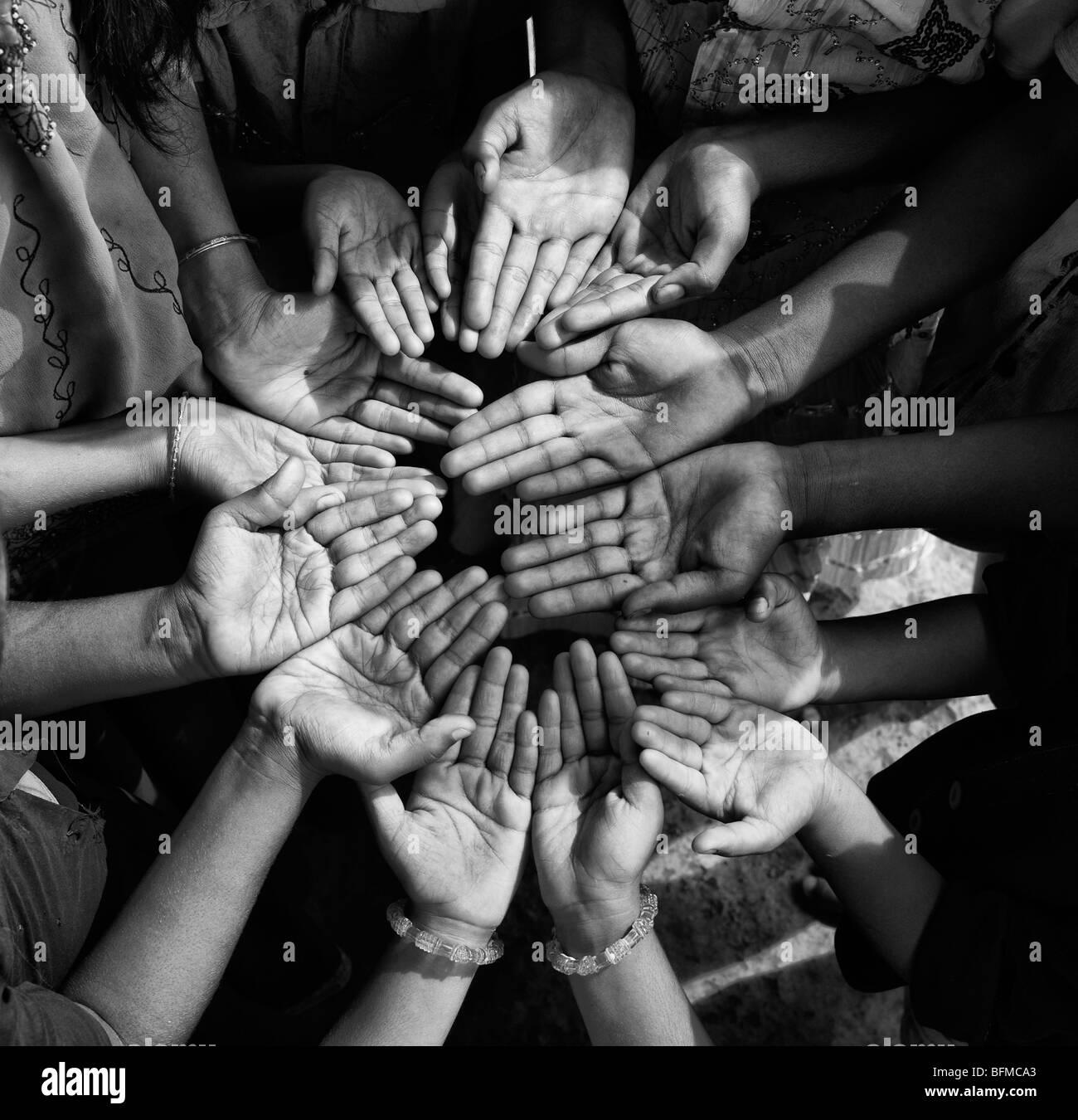 https www alamyimages fr photo image les mains d enfants indiens dans un cercle le noir et blanc 26878939 html