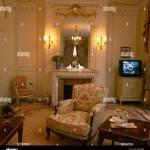 Mur Eclaire De Feux De Chaque Cote Du Miroir Au Dessus De Cheminee Dans Maison Salon Avec Television Sur Petit Placard Photo Stock Alamy