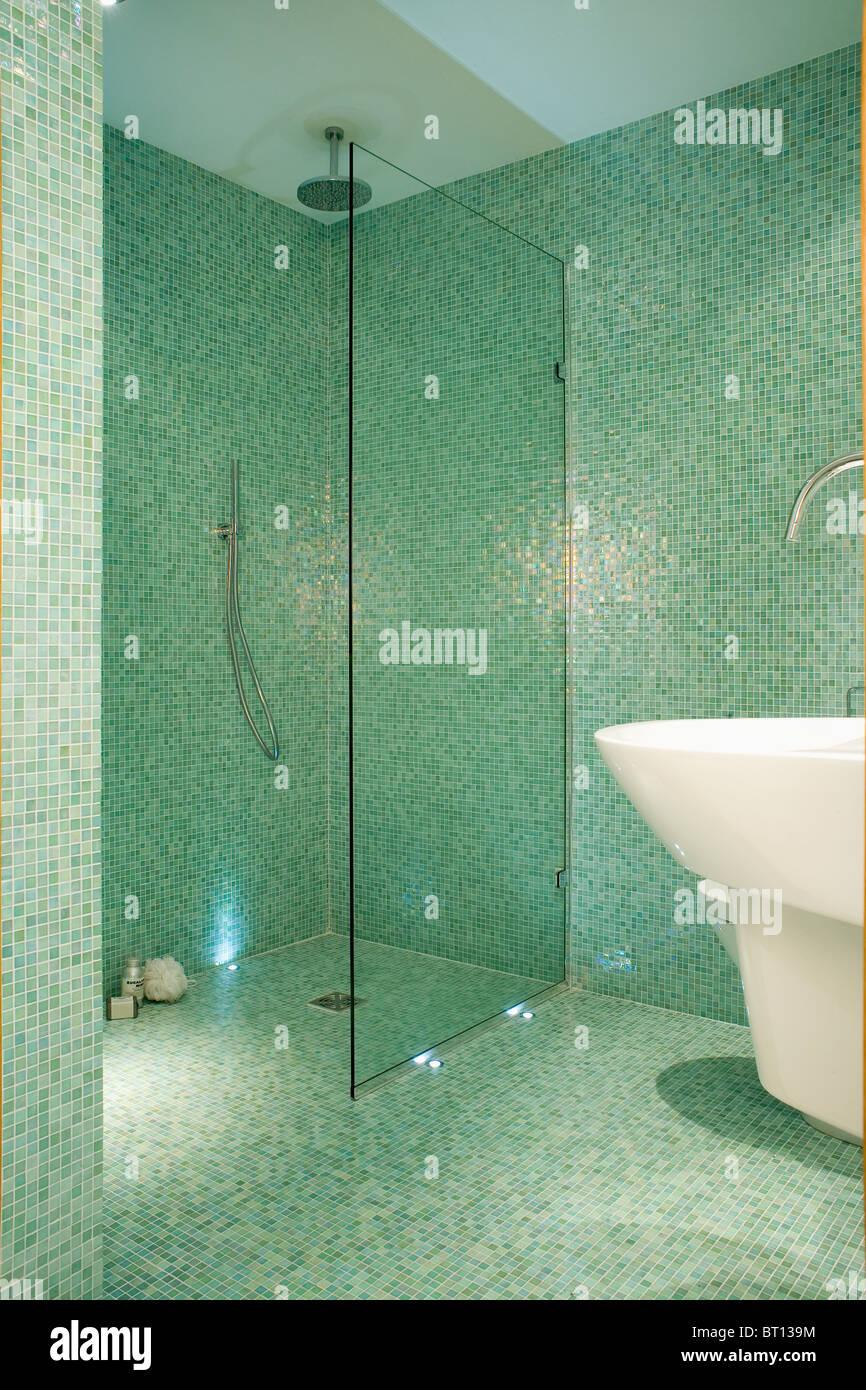 https www alamyimages fr photo image sur l ecran de verre d eau douche dans la salle de bains carrelee de mosaique verte moderne 31986688 html