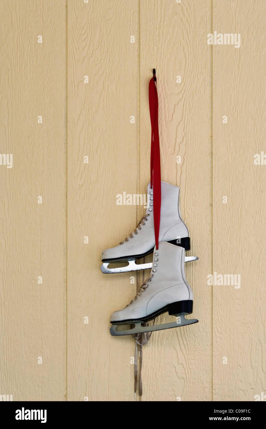 https www alamyimages fr photo image patins a glace accrochee a un ruban rouge comme maison de decoration a floyds boutons indiana 34630104 html