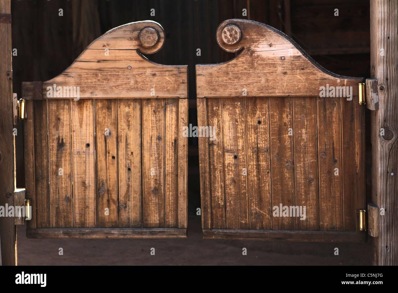 https www alamyimages fr photo image vieille porte battante de l ouest 37969332 html