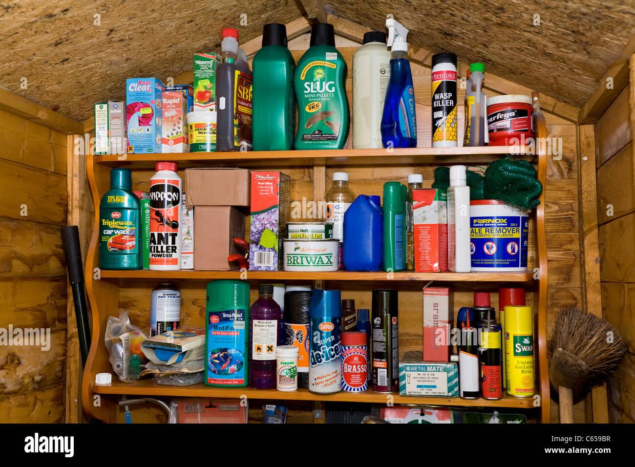 https www alamyimages fr photo image etageres etagere holding large gamme variete de jardin produits chimiques pour le jardin produits menagers boites dans un abri de jardin 38225819 html
