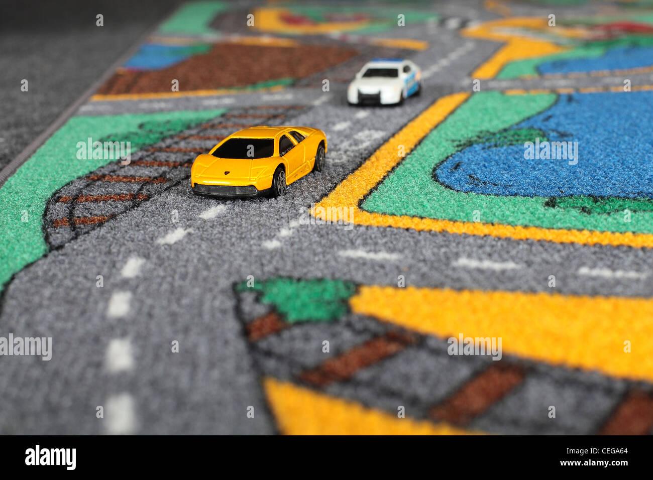 https www alamyimages fr photo image petites voitures sur un tapis voiture de police qui poursuivait une lamborghini 43385164 html