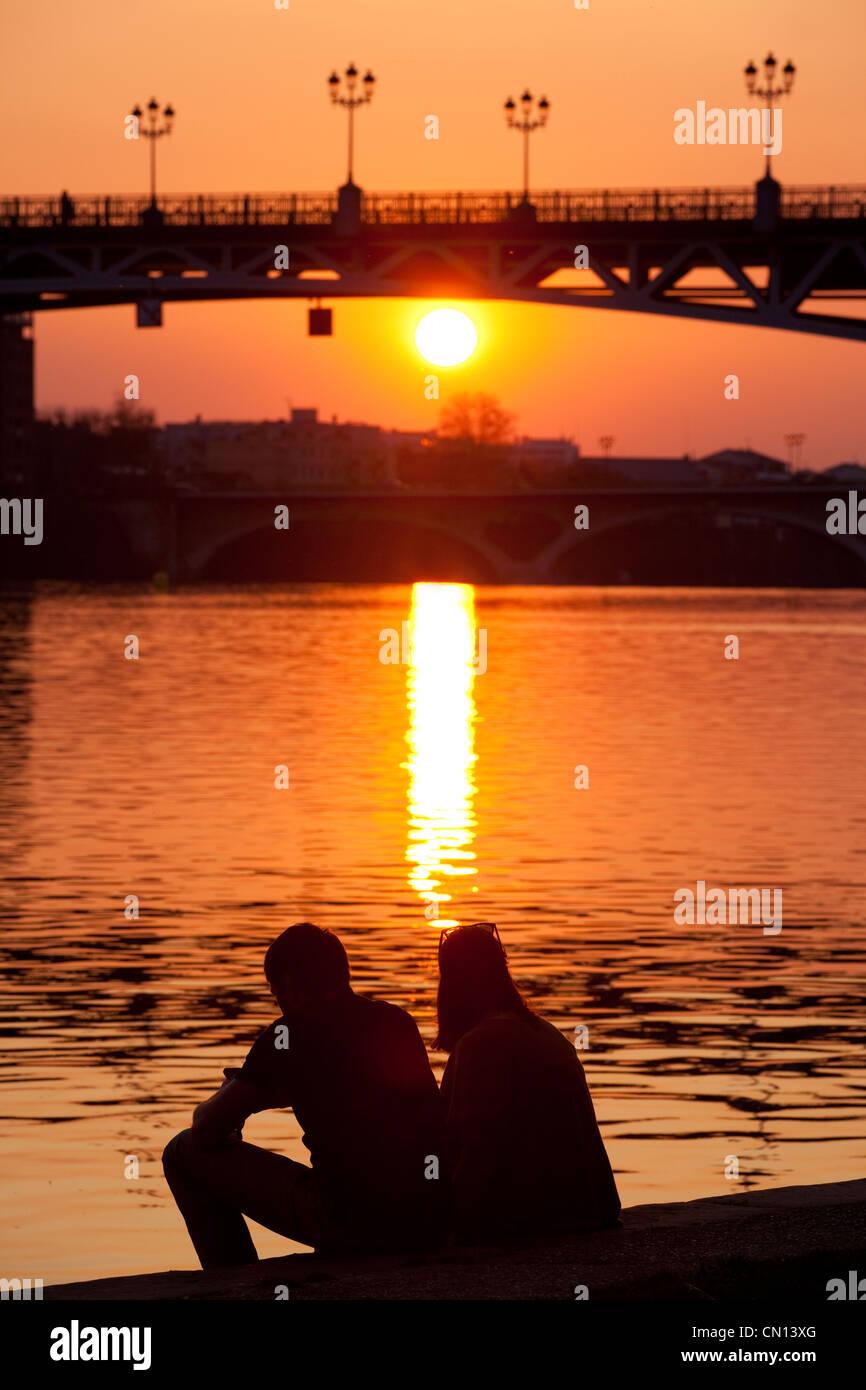 Coucher Du Soleil Toulouse : coucher, soleil, toulouse, Couple, Regardant, Coucher, Soleil, Derrière, Saint-Pierre,, Fleuve, Garonne,, Toulouse,, France, Photo, Stock, Alamy