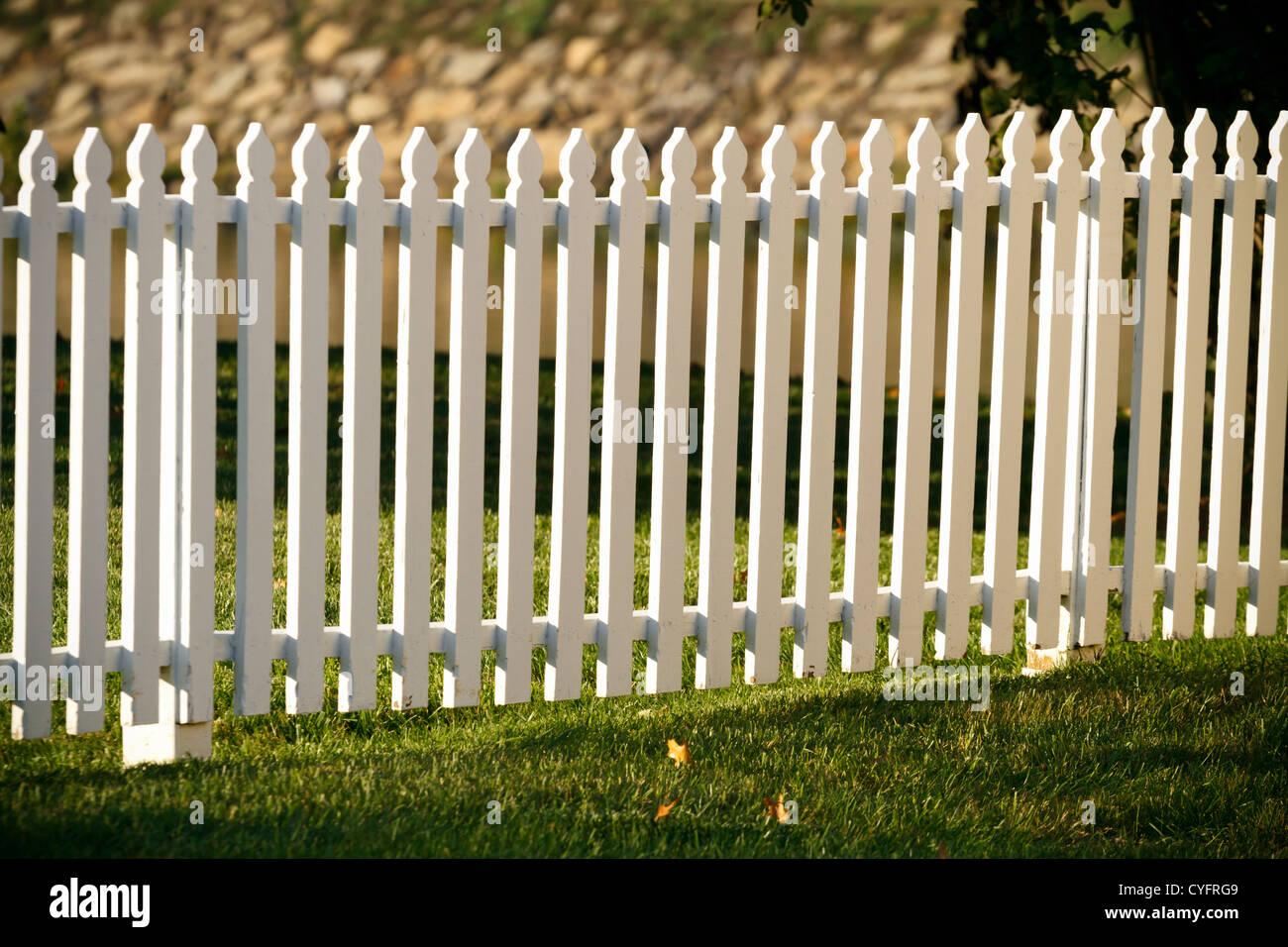 https www alamyimages fr photo image une cloture blanche en bois dans un jardin bien entretenu au cours de l heure d or du temps juste avant le coucher du soleil sur une premiere journee d automne 51364217 html