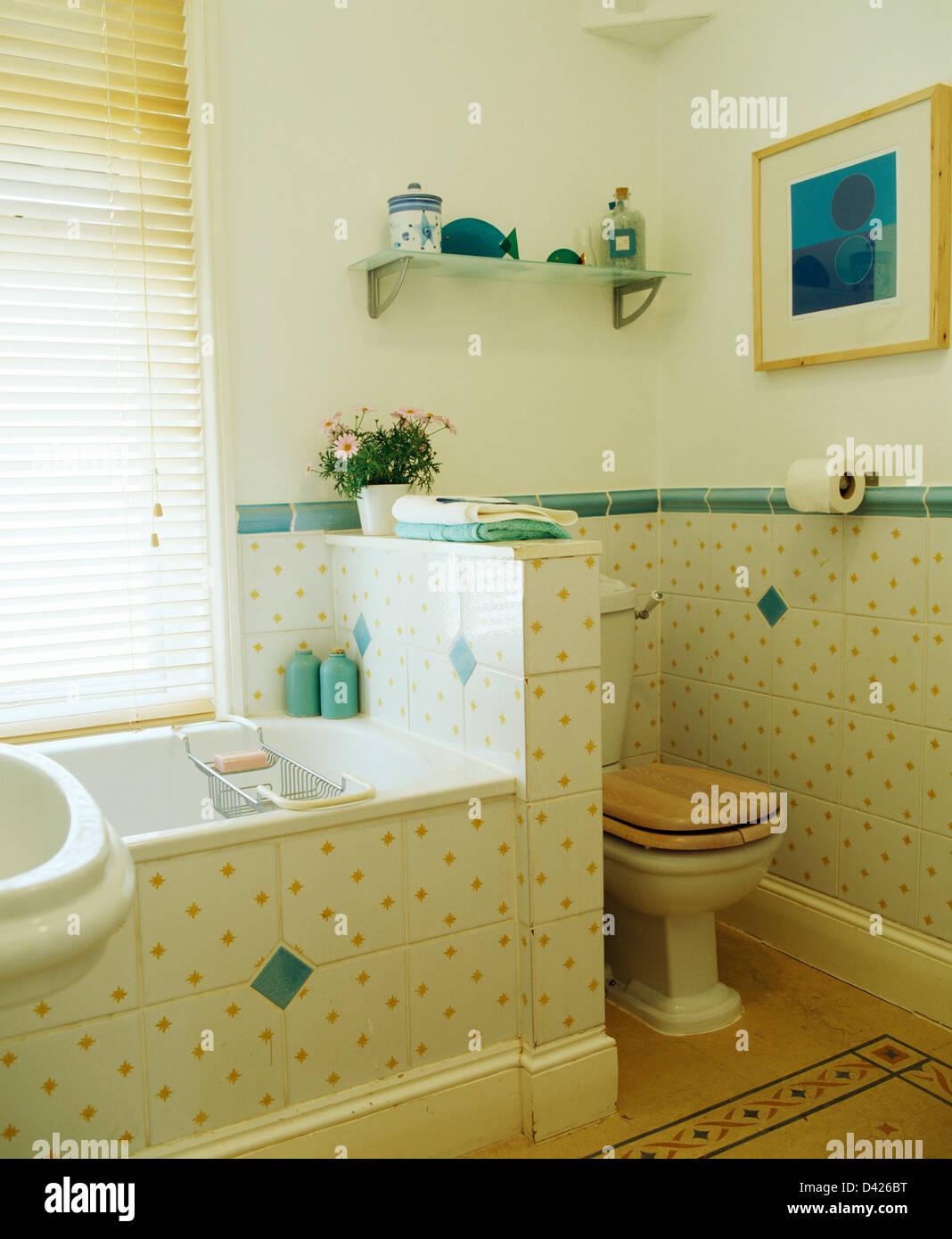 https www alamyimages fr photo image les carreaux de mur tachete jaune avec bordure en carrelage vert salle de bains avec sol carrele correspondant sur le panneau de toilettes baignoire divise de moitie wall 54138668 html