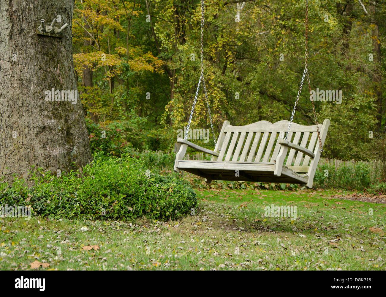 https www alamyimages fr portique balancoire en bois suspendu classique ou un banc attache a arbre dans jardin avec toile forestiers image61895268 html