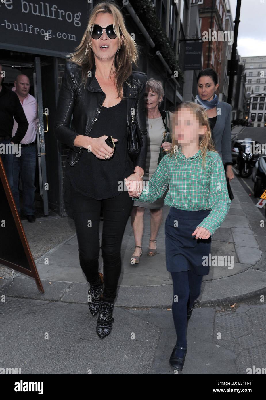 Kate Moss et sa fille Lila grace à la mousse Debbi Clark's 'Une exposition de Portraits' au Strand Gallery avec : Kate Moss.Lila Grace.Lila Grace ...