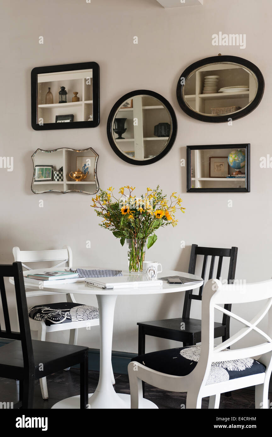 Ikea Table A Manger Et Chaises Noires En Repas Avec Collection De Miroirs En Bois Vintage Du Vendeur D Arachides Photo Stock Alamy