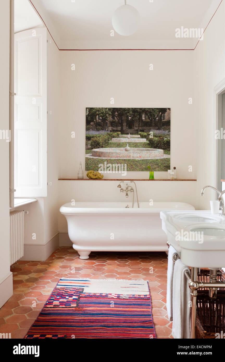 https www alamyimages fr photo image un carrelage en tomette traditionnelle salle de bains blanche avec illustration de martini maggi 71583756 html