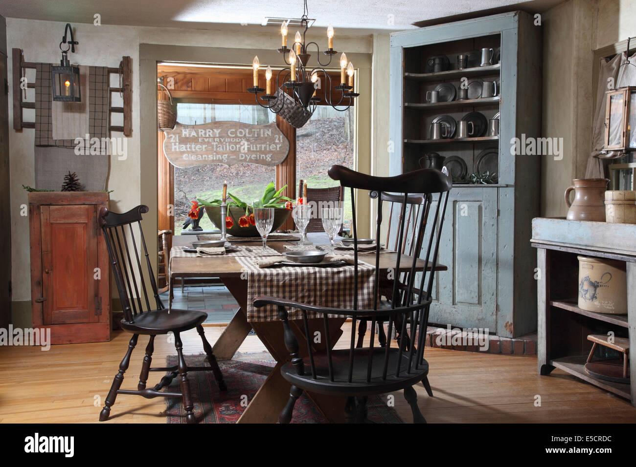 https www alamyimages fr photo image salle a manger de style rustique avec meuble d angle et d articles en etain usa 72196584 html