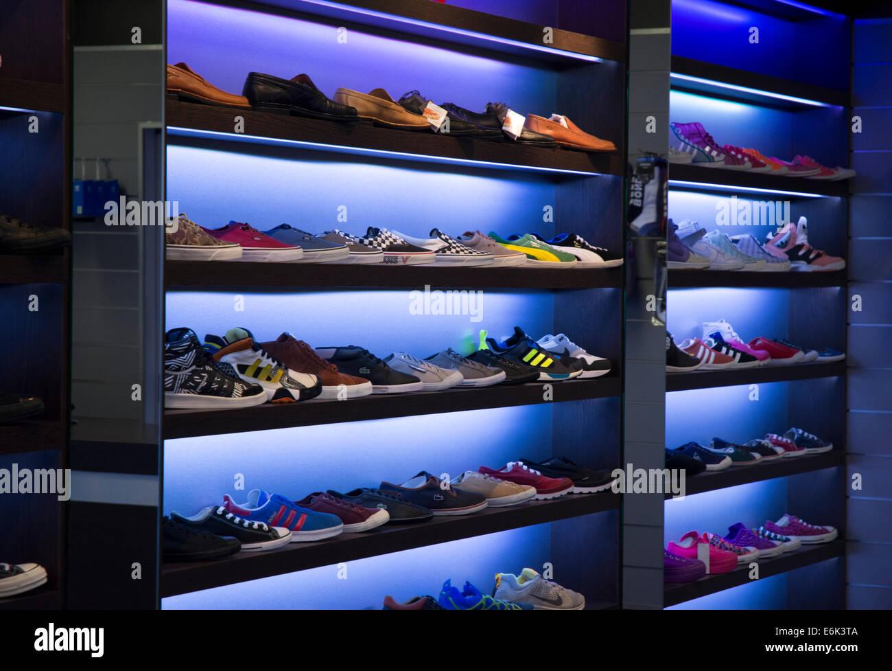 https www alamyimages fr photo image chaussures sur etagere de magasin de chaussures 72949530 html