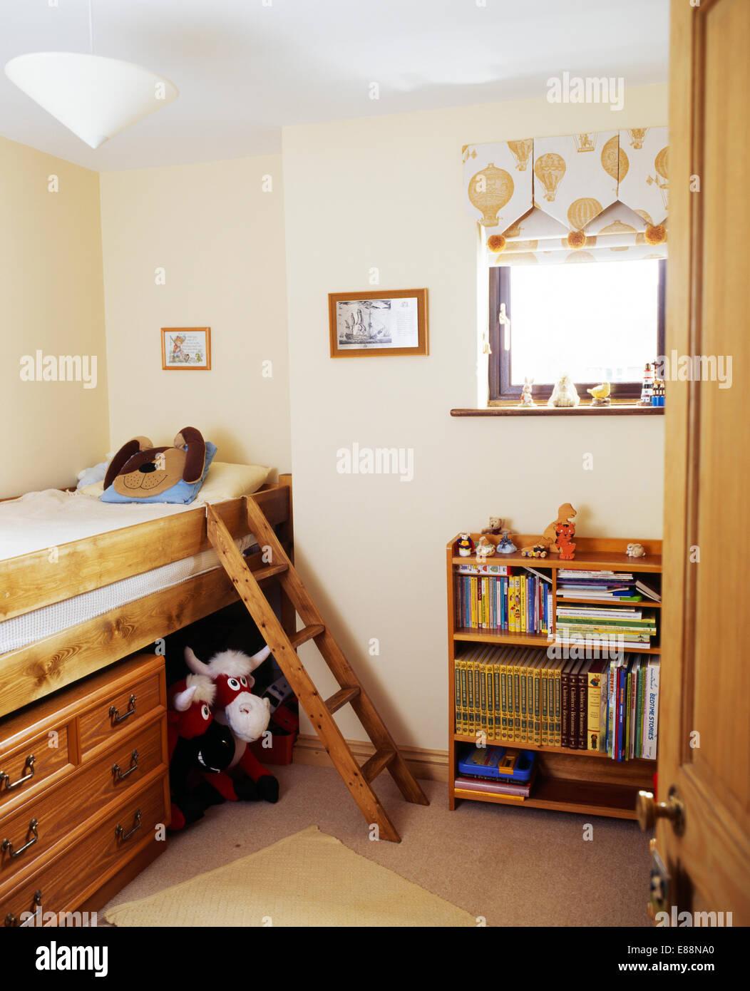 https www alamyimages fr photo image petite echelle en bois a plate forme avec tiroirs de rangement sous lit dans la chambre de l enfant avec etageres en bois 73951080 html