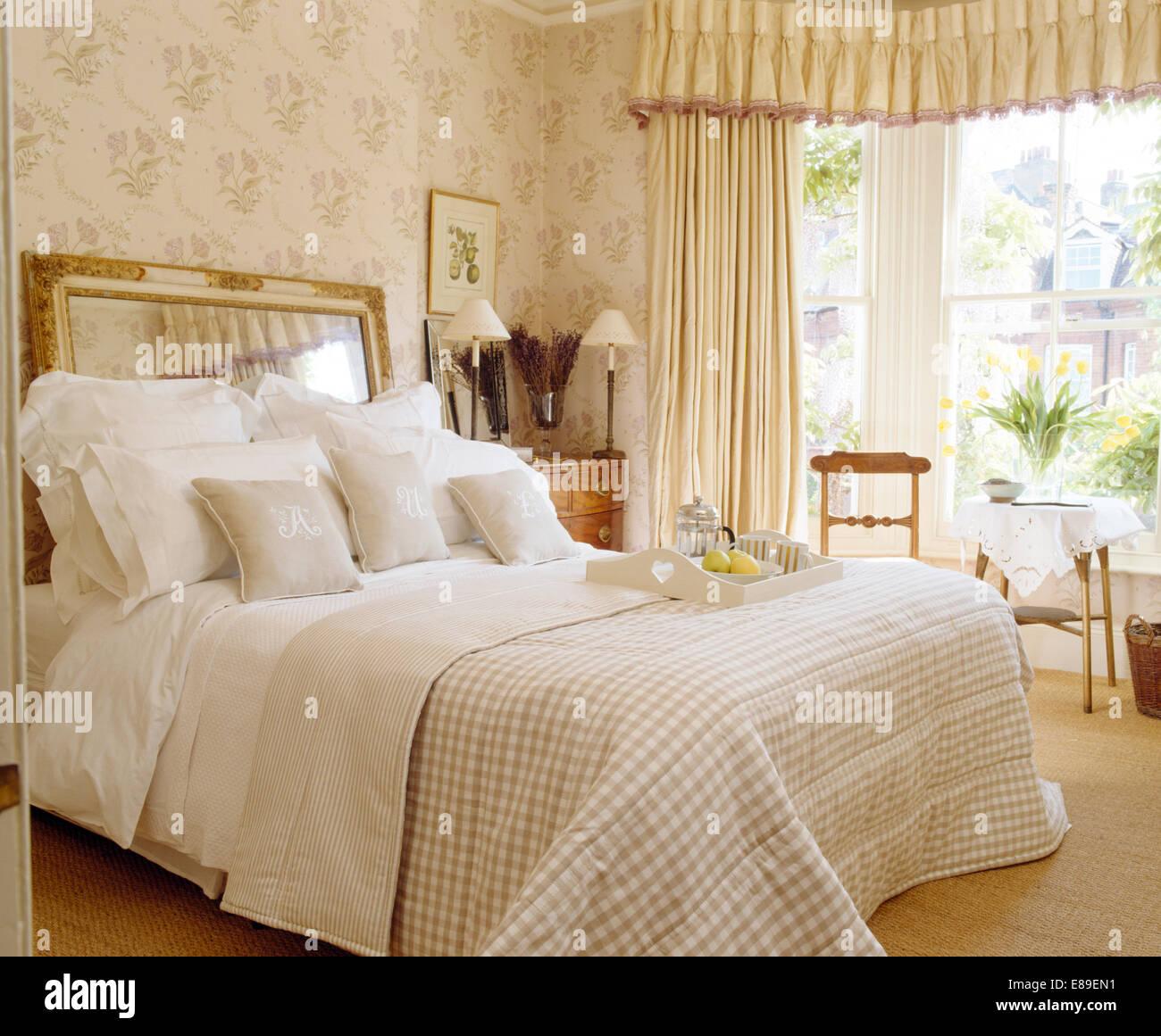 interesting miroir utilis comme lit avec tte de lit sur des draps blancs et crme vrifi dans quilt country style chambre with miroir tete de lit