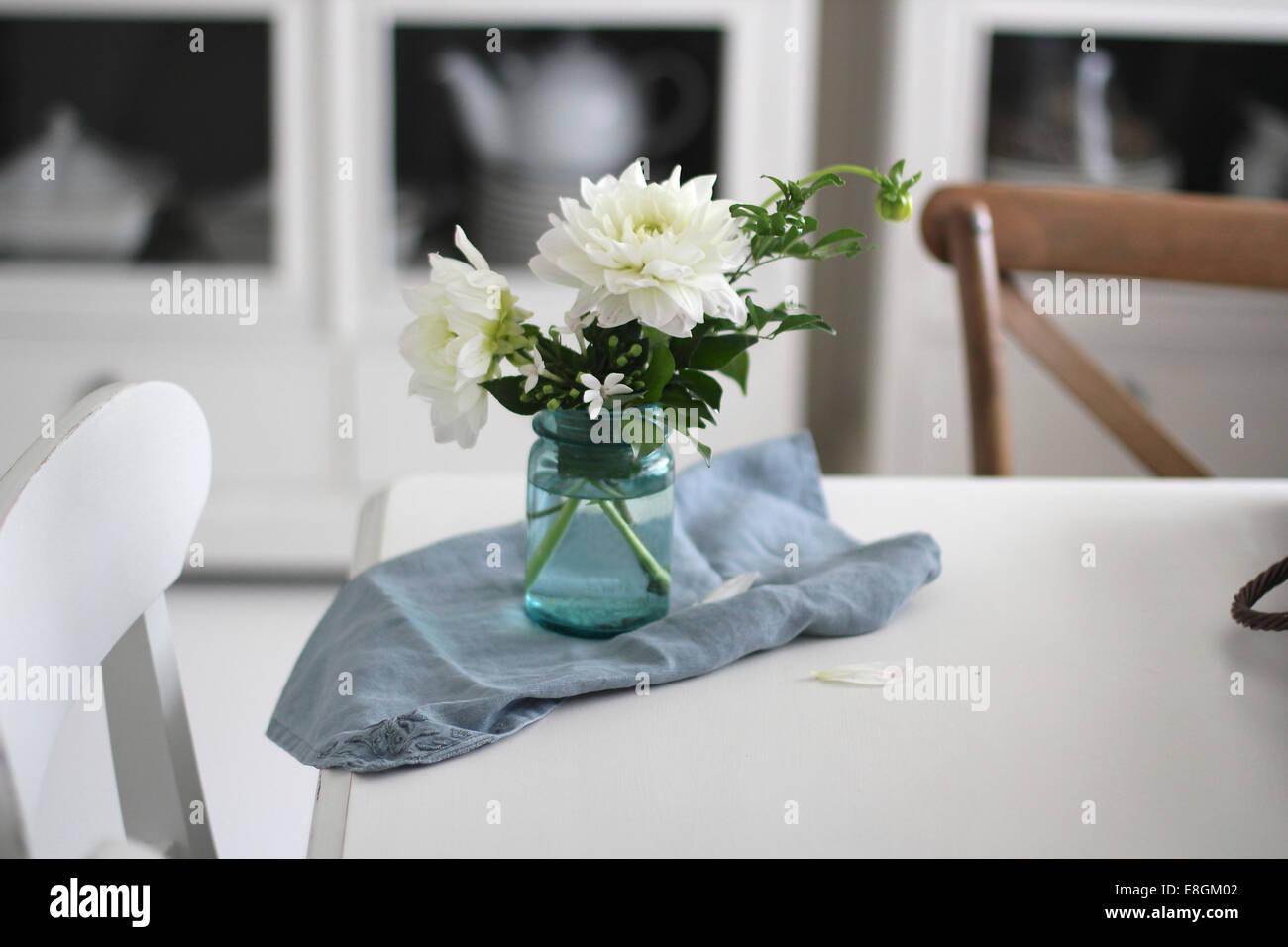vase de fleurs et une serviette sur la table de salle a manger