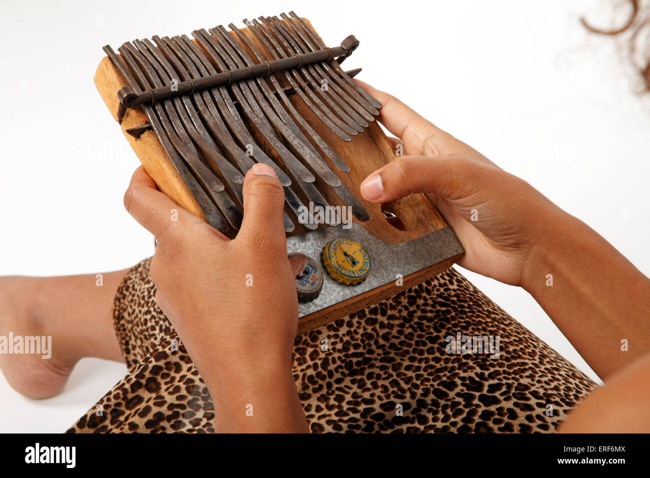 https www alamyimages fr photo image jeune femme africaine jouant la kalimba mbira ou le piano a pouces africain generic 83313130 html