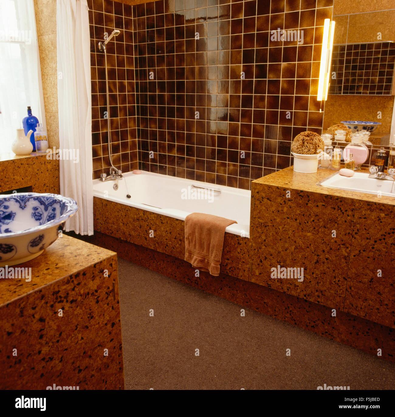 https www alamyimages fr photo image carreaux brun au dessus de baignoire dans salle de bains lambrissee liege 1960 89529285 html