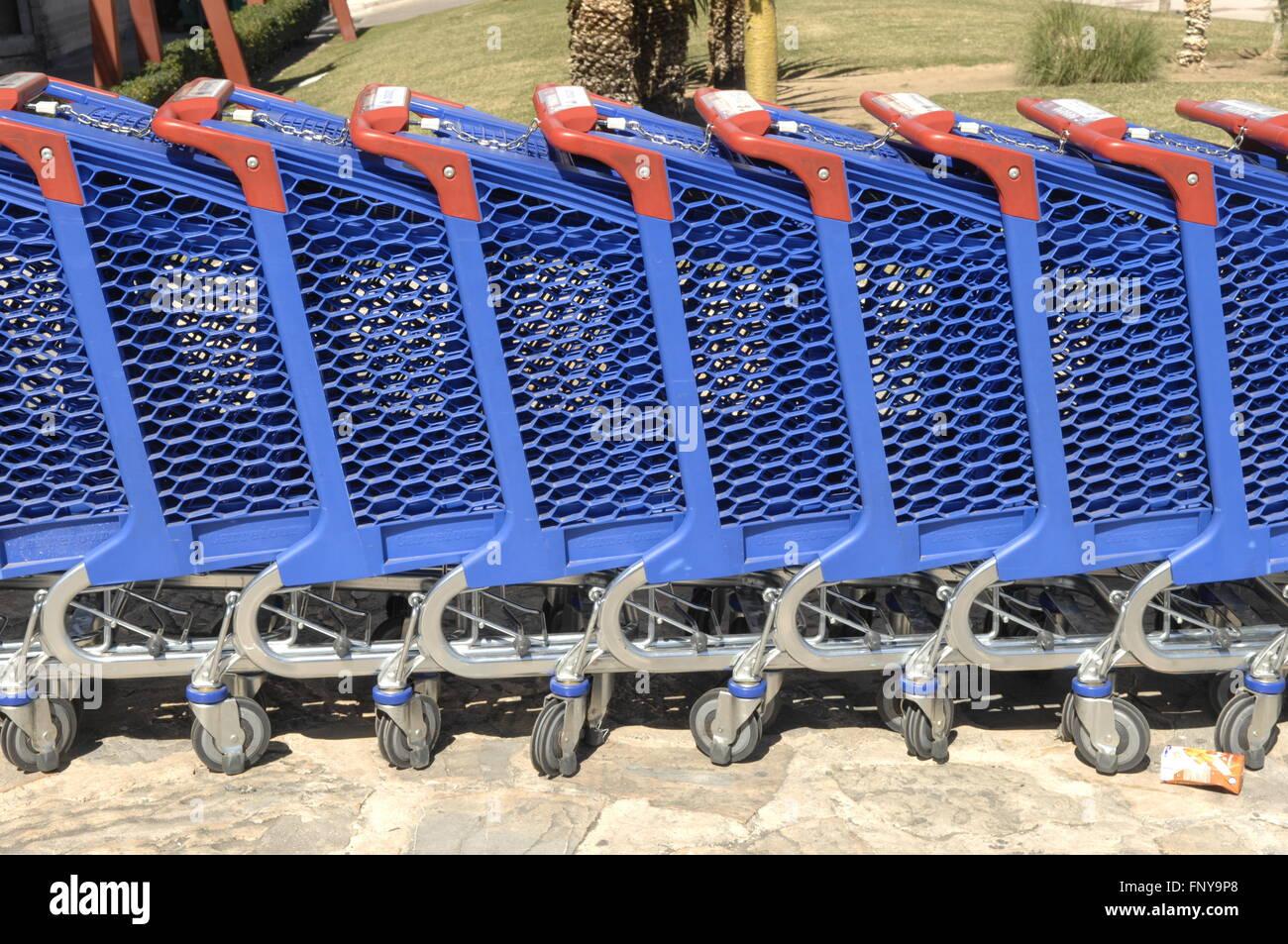 https www alamyimages fr photo image chariot de supermarche carrefour a l exterieur de l entree a malaga en espagne 99560000 html