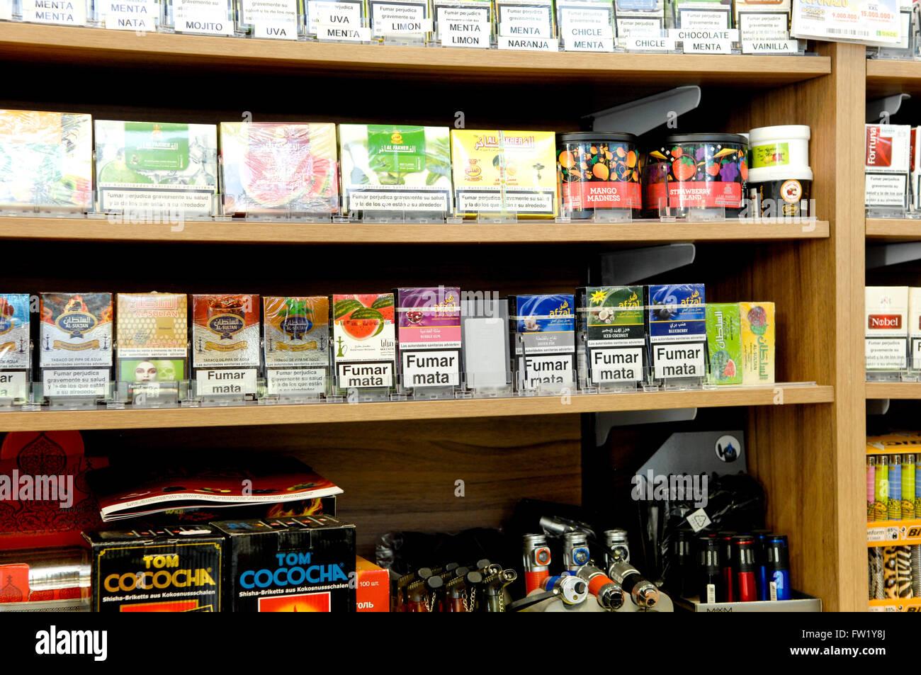 selection de cigarettes et de produits du tabac en vente dans un bureau de tabac