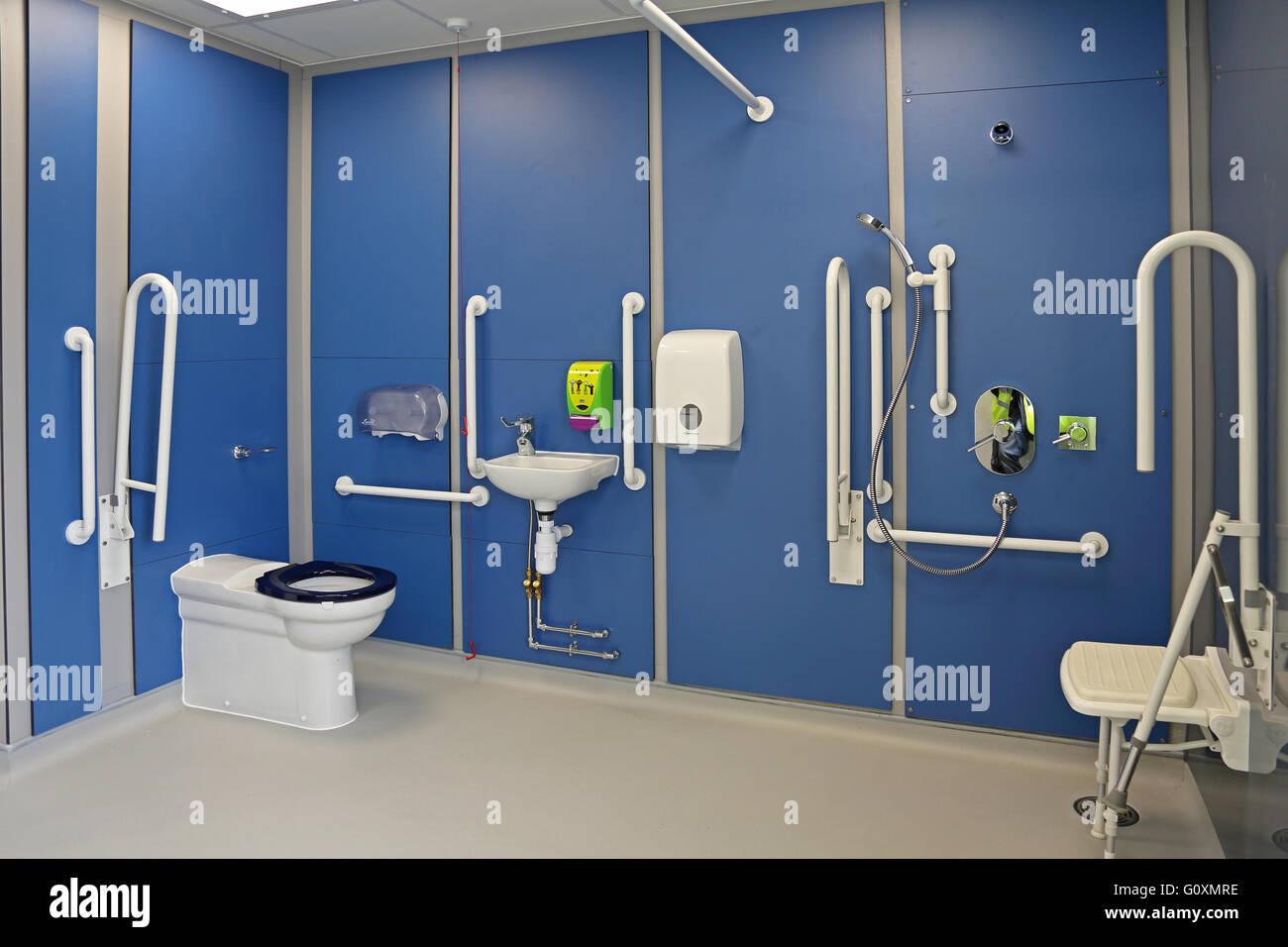 https www alamyimages fr photo image une salle de douche et toilettes pour handicapes dans une ecole primaire de new london les rails de support de montre et siege de douche materiel de plomberie 103849298 html