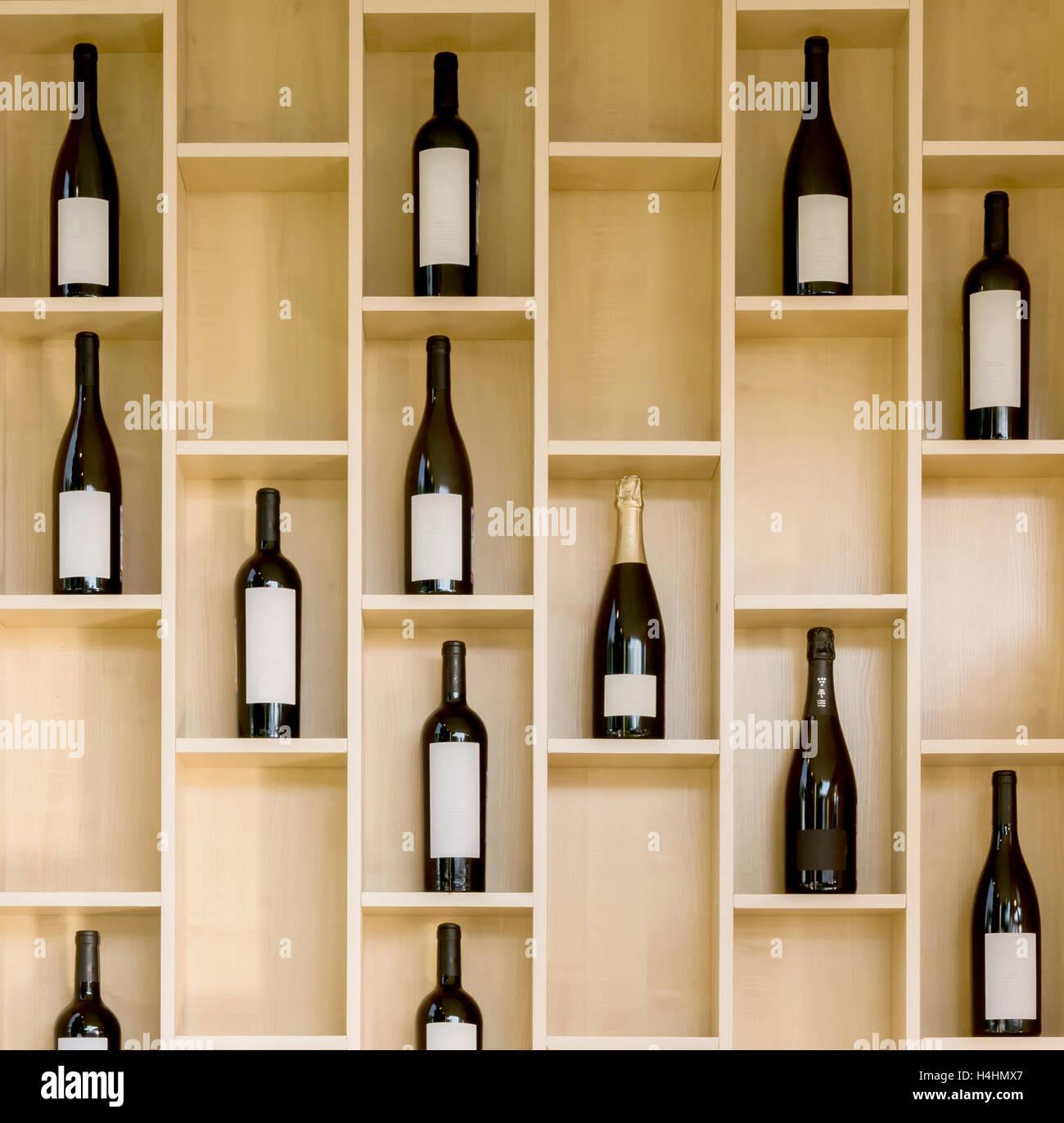 https www alamyimages fr photo image une variete de bouteilles de vin et champagne dans un presentoir en bois dans le magasin 123320799 html