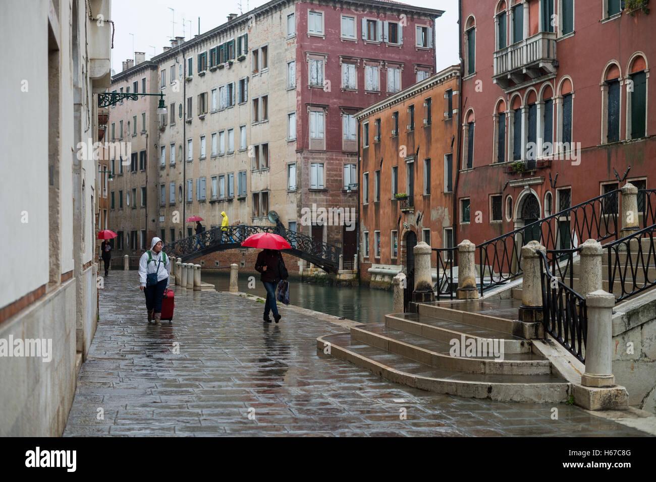 https www alamyimages fr photo image les gens avec des parasols sous la pluie venise italie europe union europeenne 124323824 html