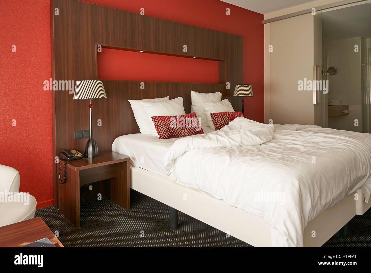 https www alamyimages fr photo image chambre moderne avec lit en bois mur rouge et la conversion 135433952 html