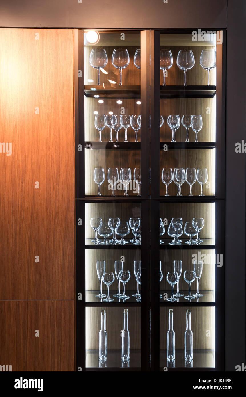 https www alamyimages fr photo image armoire en bois avec des verres de l interieur decoration plat cuisine restaurant ou bar meubles de salon 137707523 html