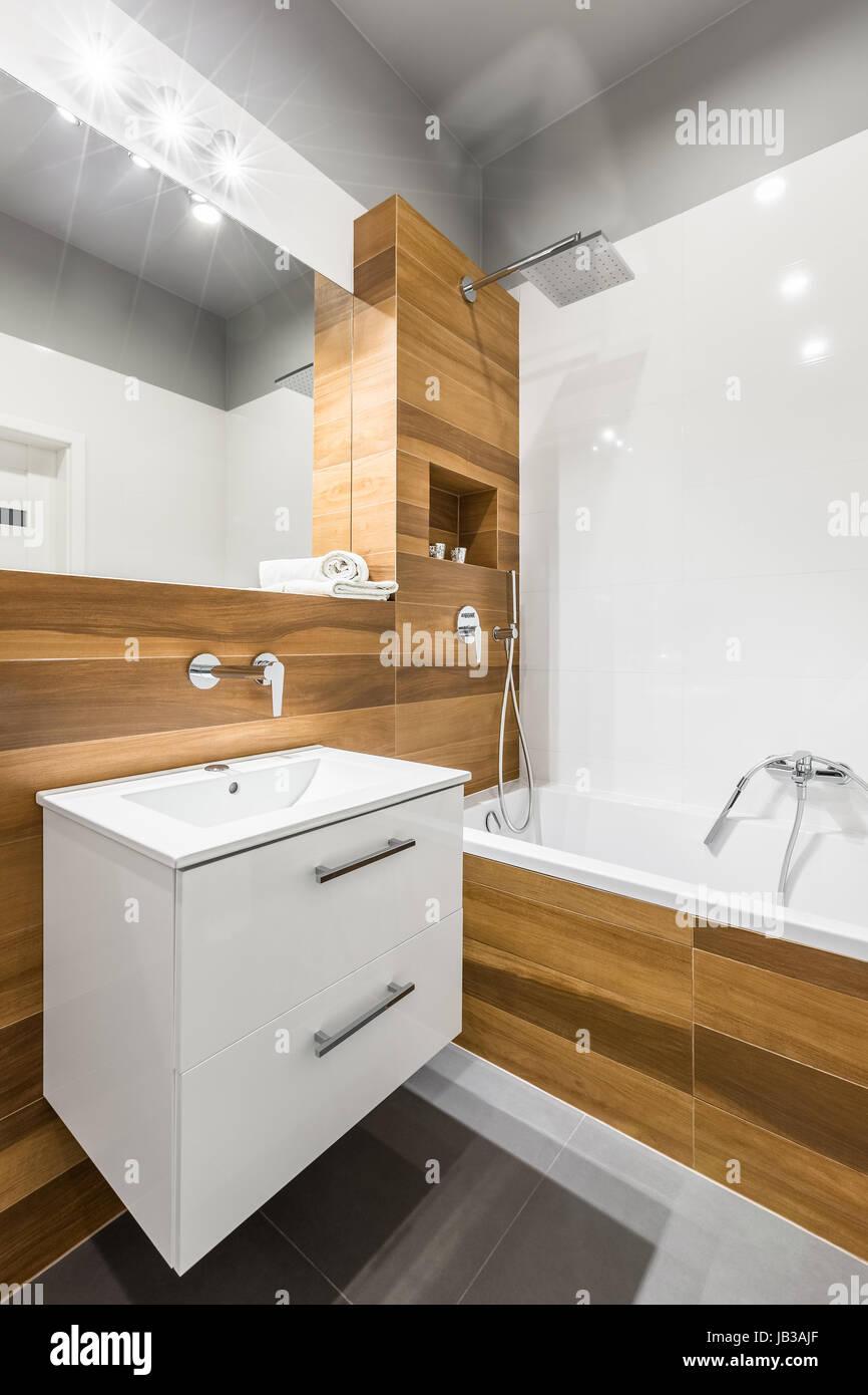 https www alamyimages fr photo image salle de bains avec carrelage blanc en bois miroir et baignoire 144518375 html