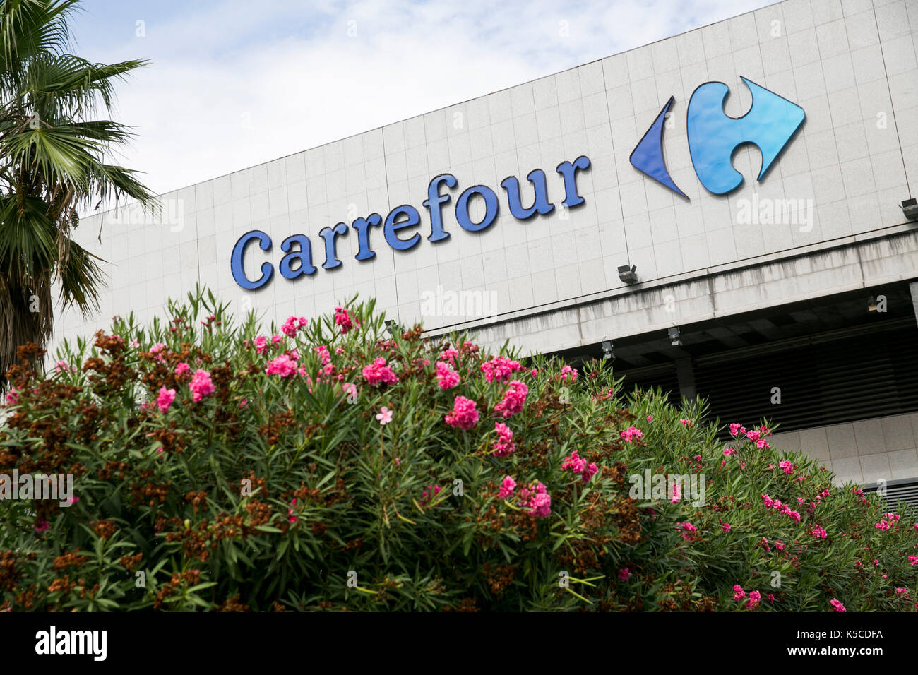 https www alamyimages fr un logo affiche a l exterieur d un magasin carrefour a barcelone espagne le 30 aout 2017 image158240638 html