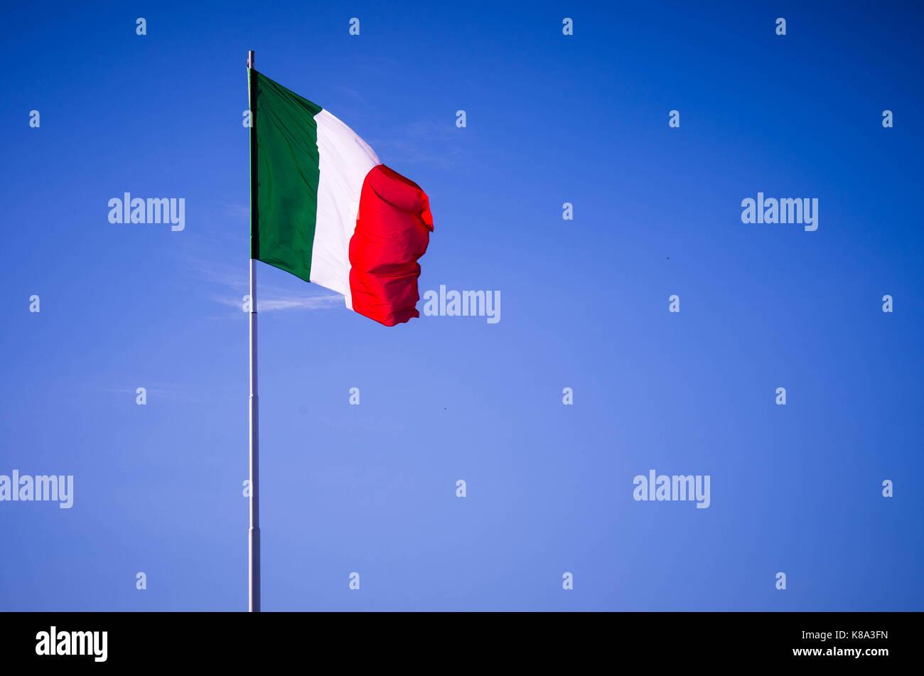 https www alamyimages fr photo image drapeau italien dans le vent en agitant un drapeau de l italie l europe republique italienne italie drapeau de soie sur fond de ciel bleu 160032873 html
