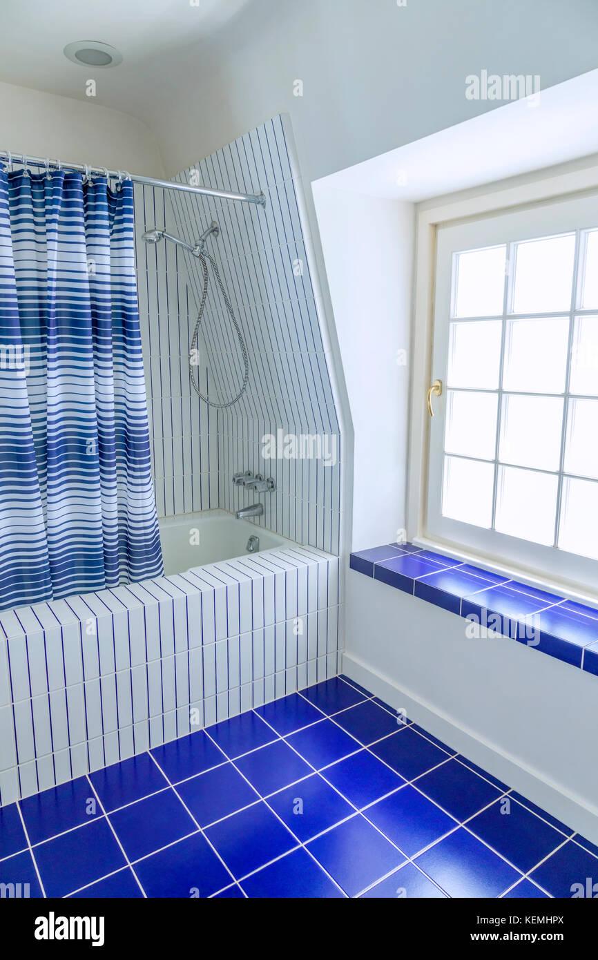 https www alamyimages fr photo image salle de bains carrelage bleu et blanc 163951506 html