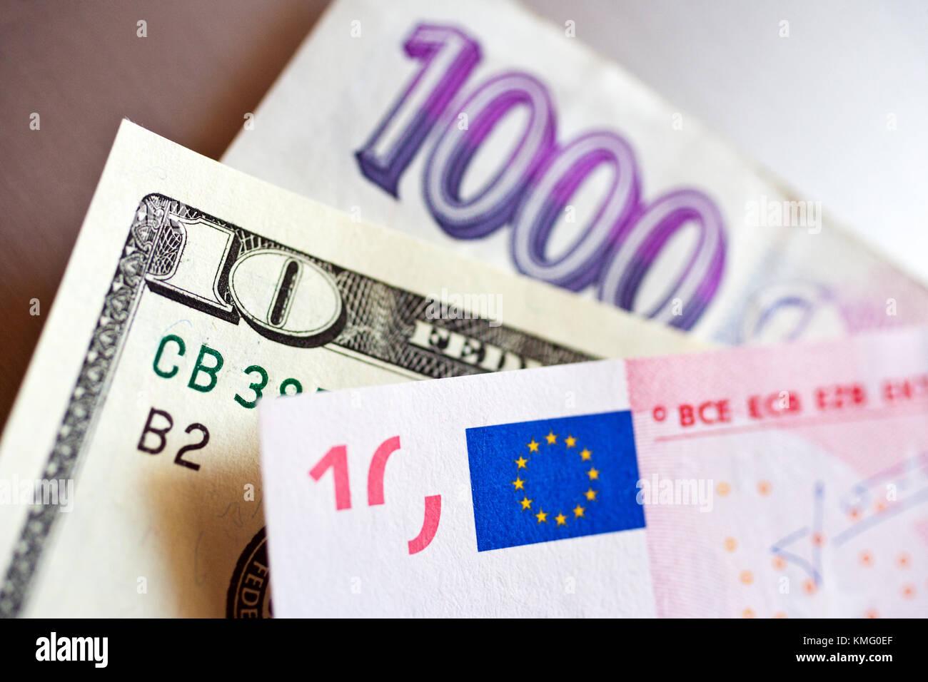 la couronne tcheque avec dollar et billets finances et economie taux de change dans un bureau de change monnaie de papier couronne tcheque dollar