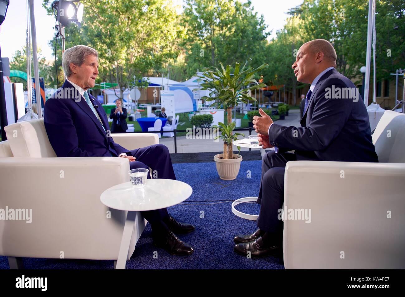 le secretaire d etat americain john kerry s assied avec al jazeera abderrahim foukara chef du bureau de washington pour une entrevue apres le secretaire est