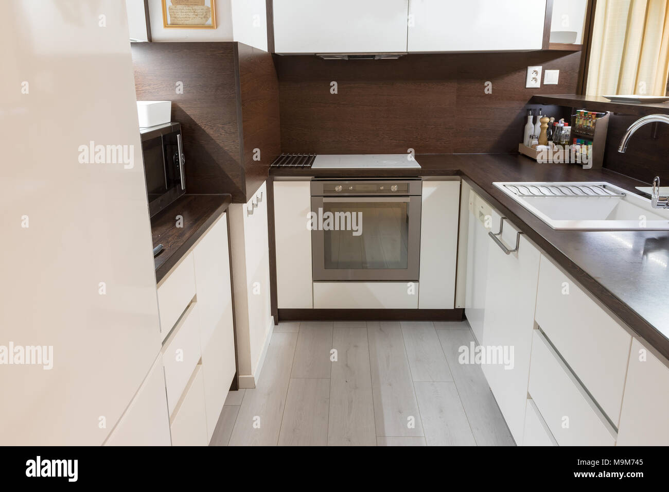 https www alamyimages fr cuisine moderne en blanc et marron avec four plaque de cuisson en ceramique et d autres equipements de cuisine image178080229 html