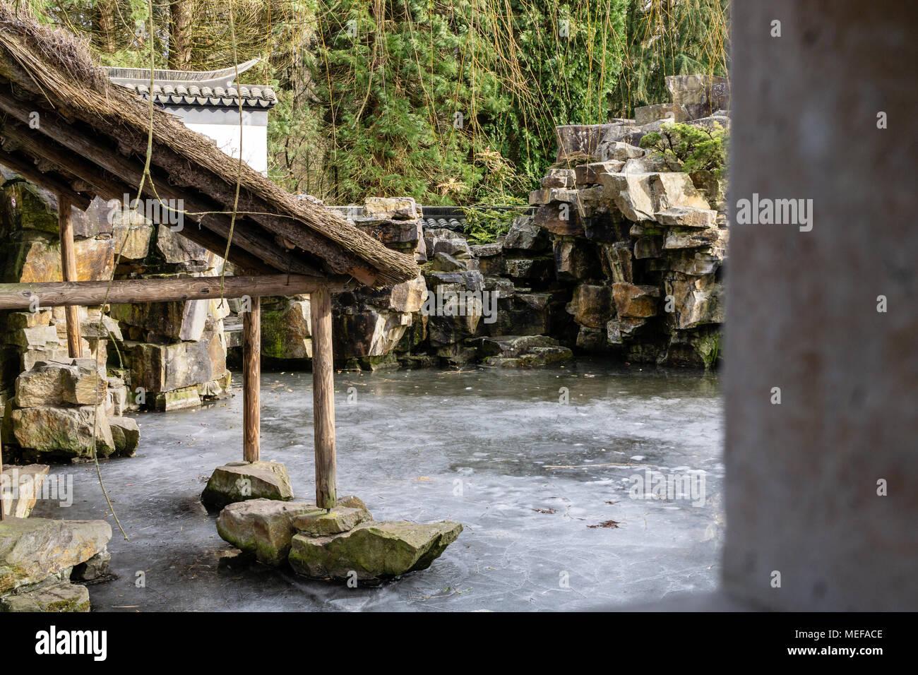 https www alamyimages fr cabane de jardin en pierre de glace asiatique image181046334 html