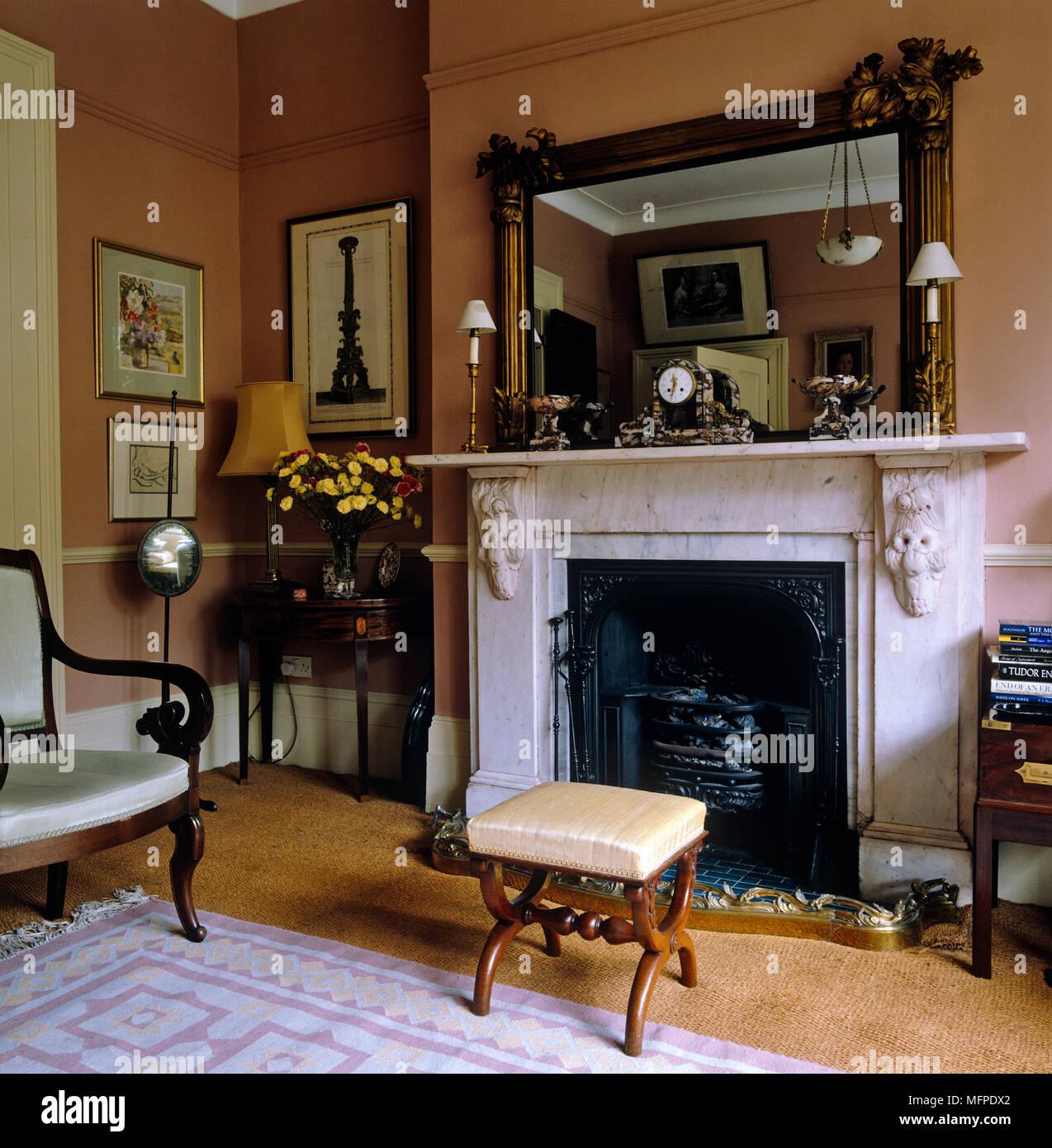 https www alamyimages fr cheminee en marbre avec miroir au dessus de salon dans le style de l epoque image181817386 html