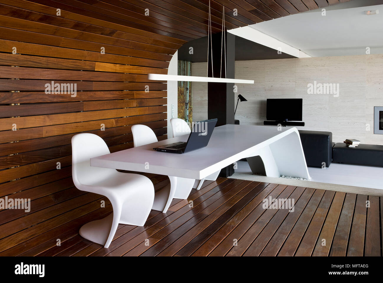 Verner Panton Chaise De Salle à Manger à Table En Bois Blanc Moderne Chambre Lambrissée Photo Stock Alamy