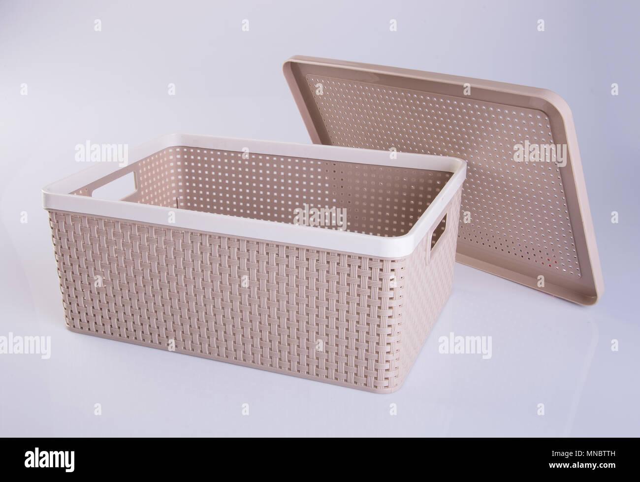 box boite de rangement en plastique ou un contenant de plastique sur un arriere plan