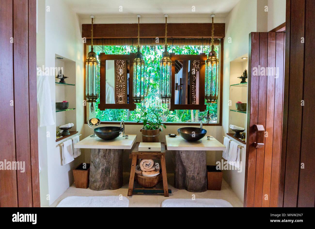 https www alamyimages fr salle de bains tropical interieur dans un complexe de luxe image185562419 html